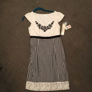 Never worn. Selling a size 6 Kensie dress.
